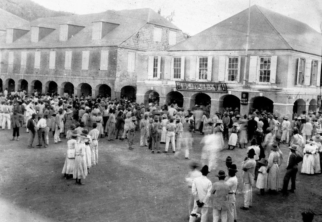 Folkemængde i 1916 ved The Heralds kontor i Kongensgade 1B i Christiansted på St. Croix.