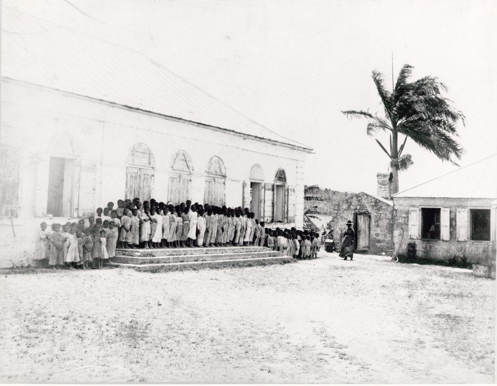 Skoleelever opstillet uden for deres skole på plantagen Diamond på St. Croix i 1888.
